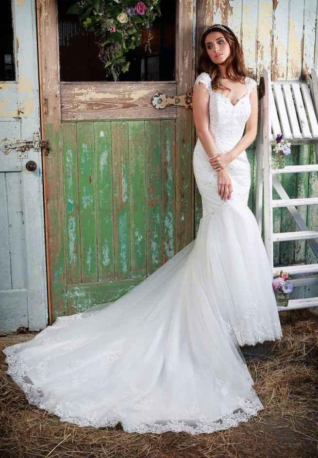 Paislee Wedding dress Amanda Wyatt figure hugging fishtail lace