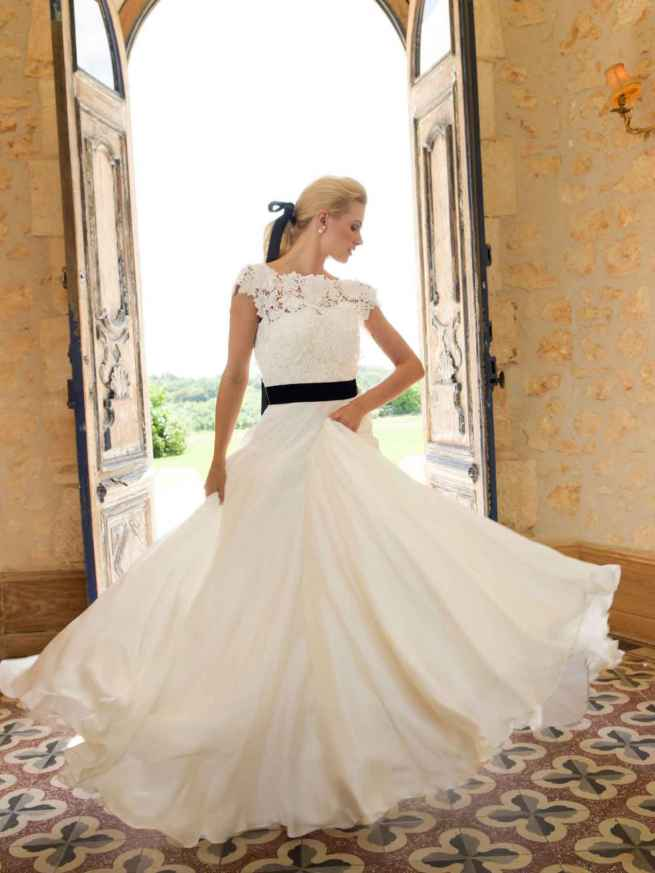 Loves Dream by Lyn Ashworth wedding dress gown, textured ivory guipure lace, capped sleeves, V back and boned bodice